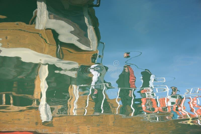小船的颜色在港口是非常海的美好的反射 库存照片