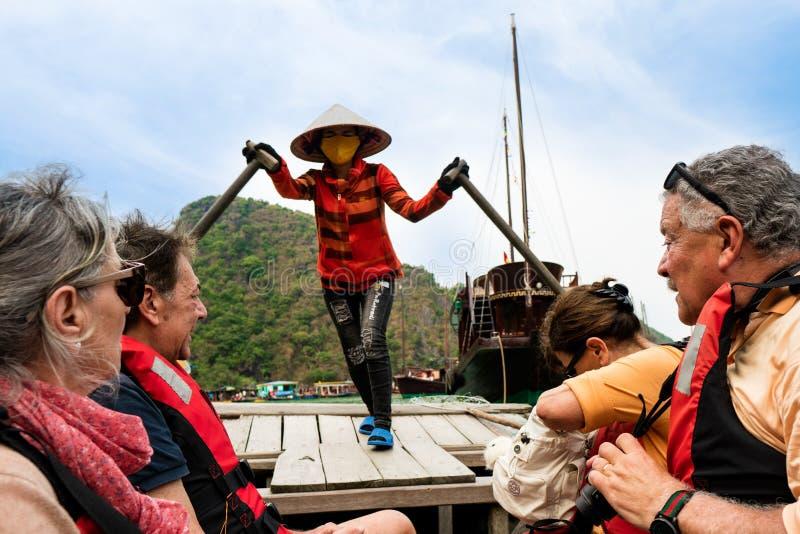 小船的,多数普遍的地方游人在下龙湾,越南 免版税库存照片