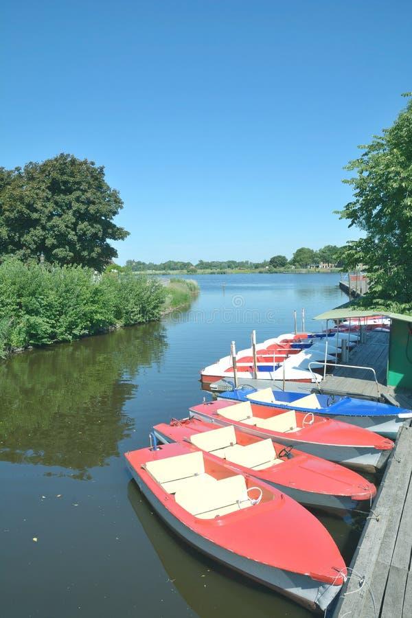 小船聘用, Treene河,腓特烈施塔特,北部弗里西亚,德国 库存图片