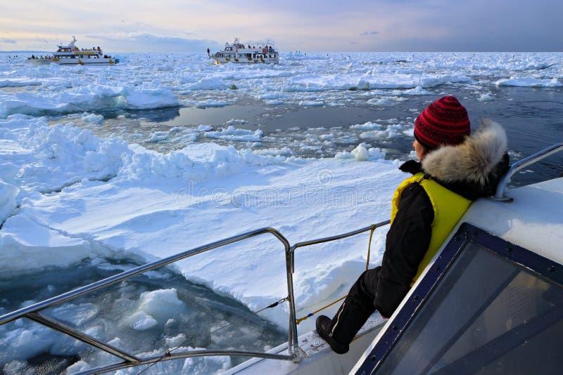 小船自然巡航 在冬天期间, Rausu港口早晨日出 从日本的美好的冬天风景 雪在镇Rausu, co 免版税库存照片