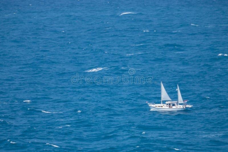 小船航行在蓝色海 库存照片
