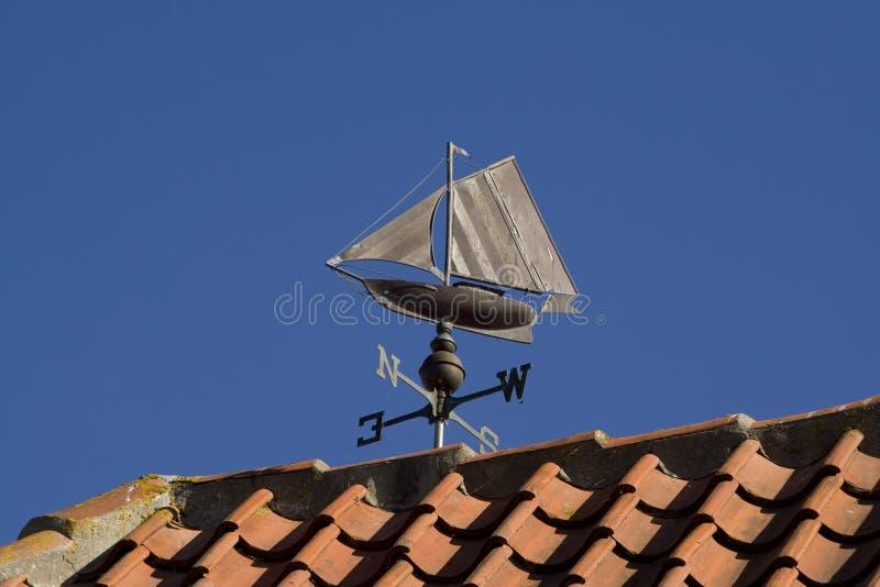 小船航行翻板天气 免版税图库摄影