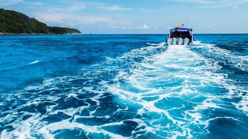 小船苏醒支柱洗涤在清楚的蓝色海洋海从后面软的焦点速度小船 免版税库存照片