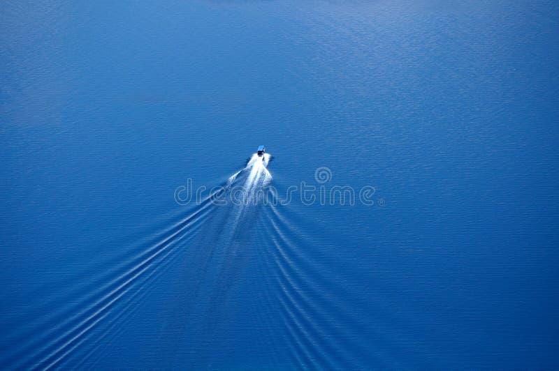 小船苏醒视图从上面 库存照片
