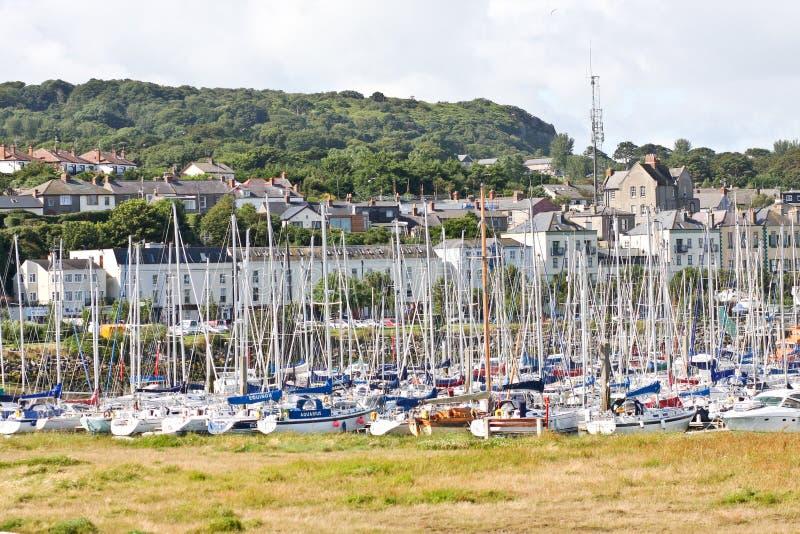 小船行在Howth港口,都伯林,爱尔兰靠了码头 库存照片