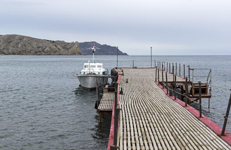 小船被停泊到码头 免版税图库摄影