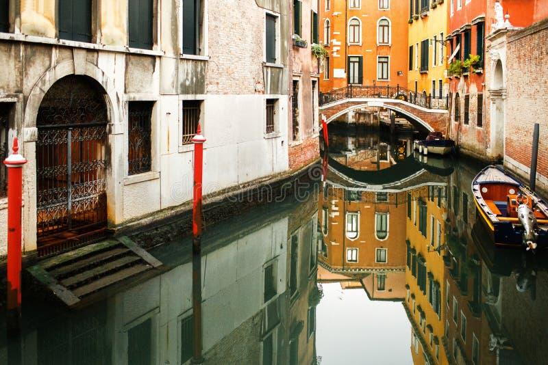 小船被停泊在五颜六色的房子之间 运河在威尼斯,意大利 免版税库存图片