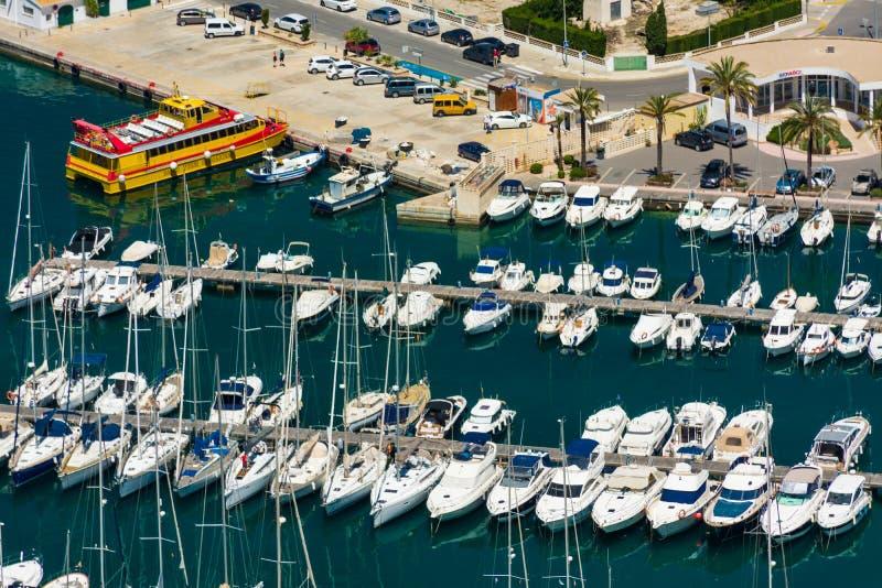 小船被停泊在小游艇船坞 免版税库存照片