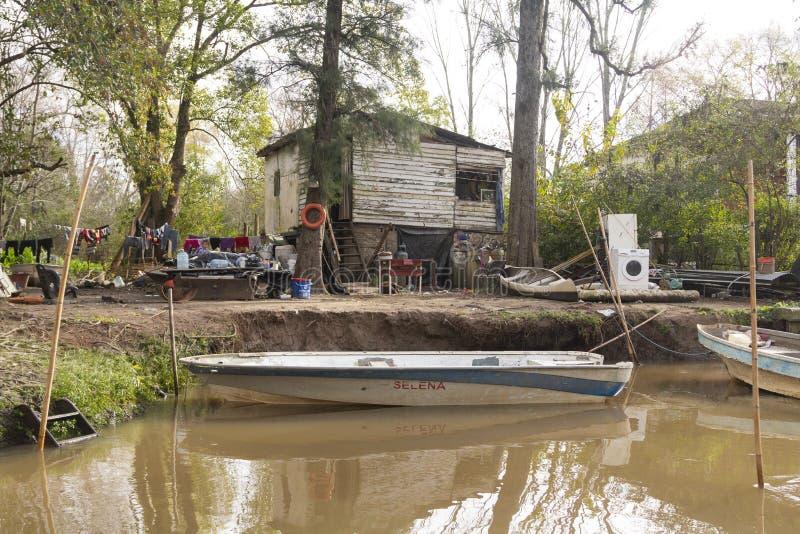小船被栓对在三角洲del巴拉那,蒂格雷布宜诺斯艾利斯阿根廷的木棍子 免版税图库摄影