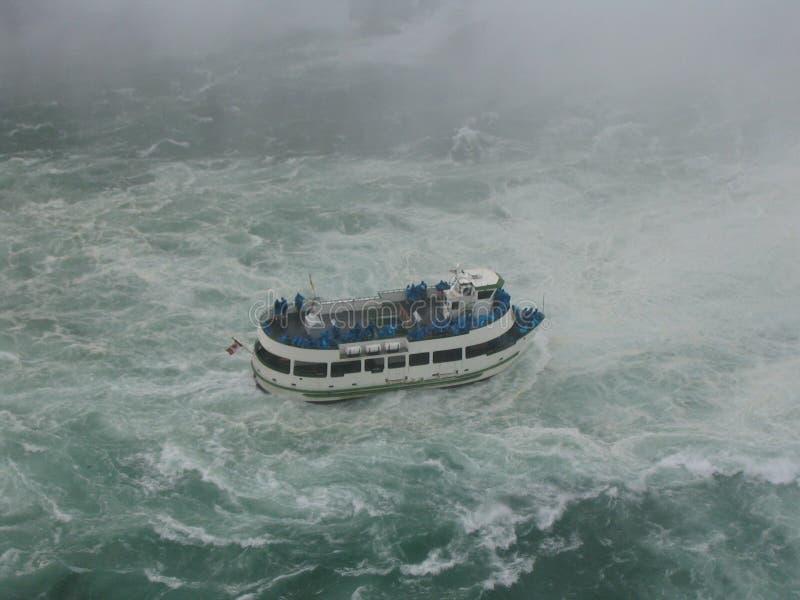 小船迅速乘驾水 免版税库存图片