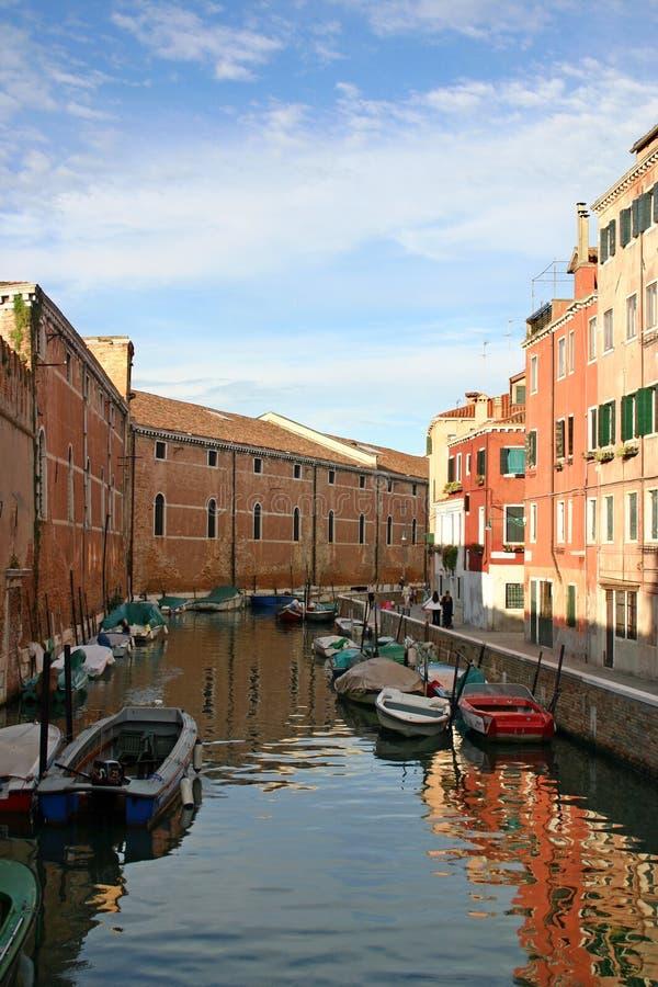 小船运河被停泊的威尼斯 库存图片