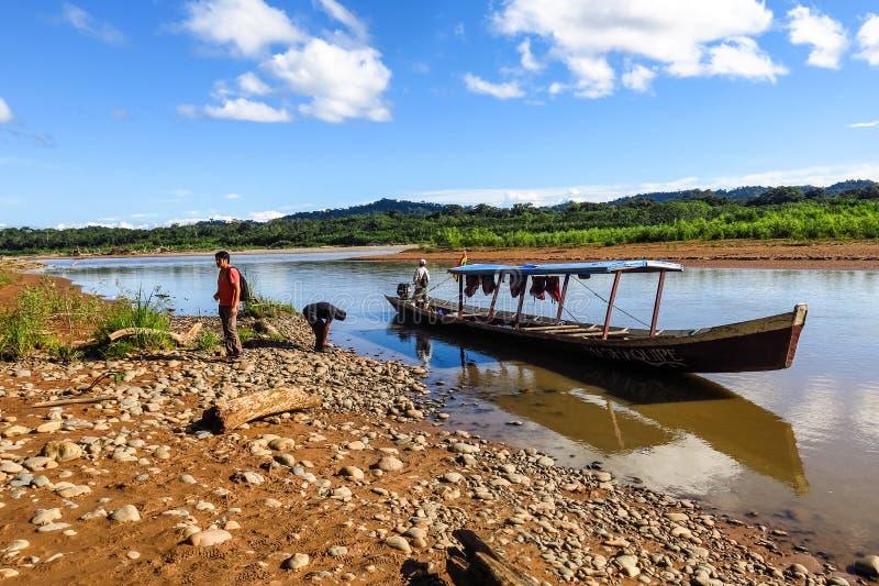 小船运输在贝尼河在Beni地区,玻利维亚 河是主路在亚马逊密林 库存照片