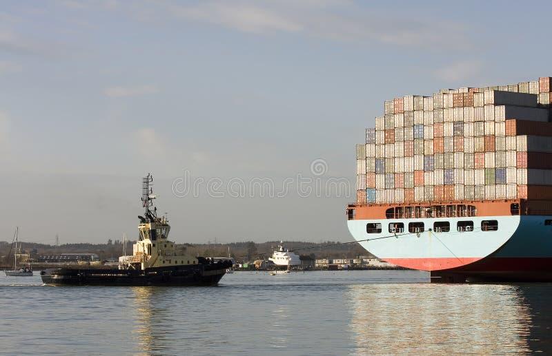 小船集装箱船猛拉 库存图片