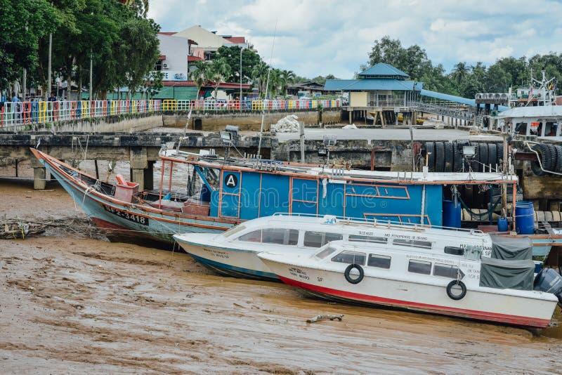 小船靠码头在海湾在低潮期间 免版税库存图片