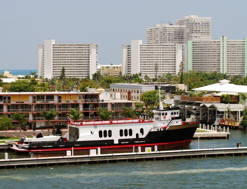 小船靠码头的轮渡 库存照片