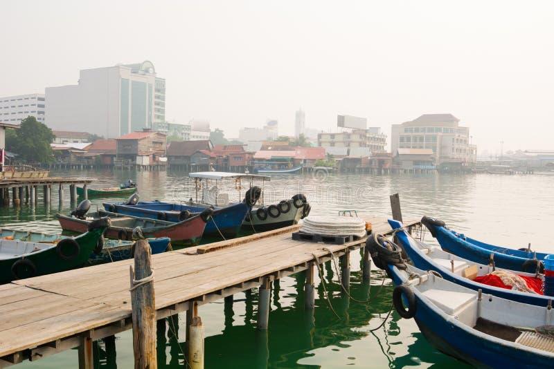 小船靠码头在嚼跳船在乔治城,槟榔岛,马来西亚 免版税库存照片