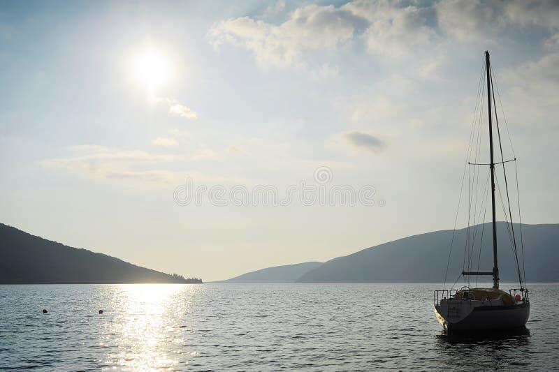 Download 小船风帆剪影 库存图片. 图片 包括有 风船, montenegro, 横向, 风帆, 汽艇, 消遣, 本质 - 22351183