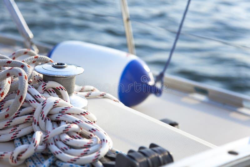 小船风帆绞盘乘快艇 库存照片