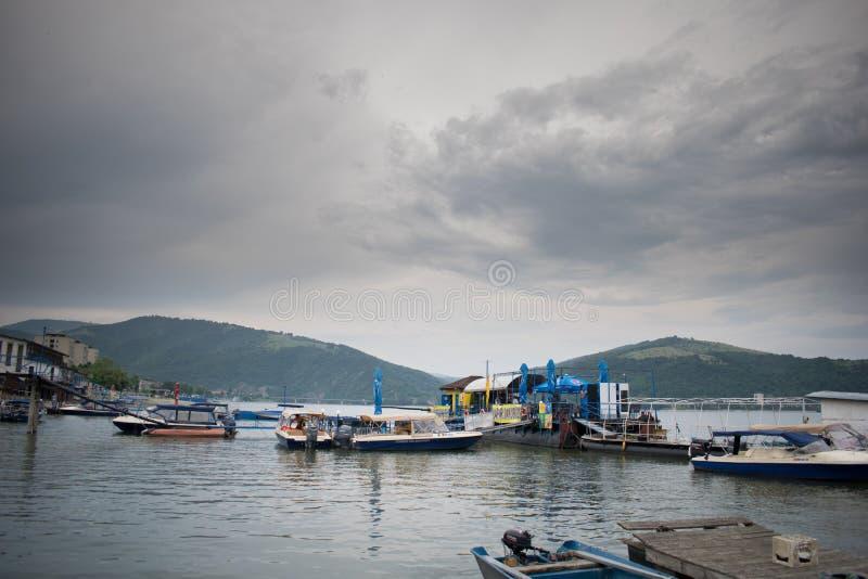 小船风景在一个休息日,在其中一条最大的河在欧洲,多瑙河 免版税库存图片