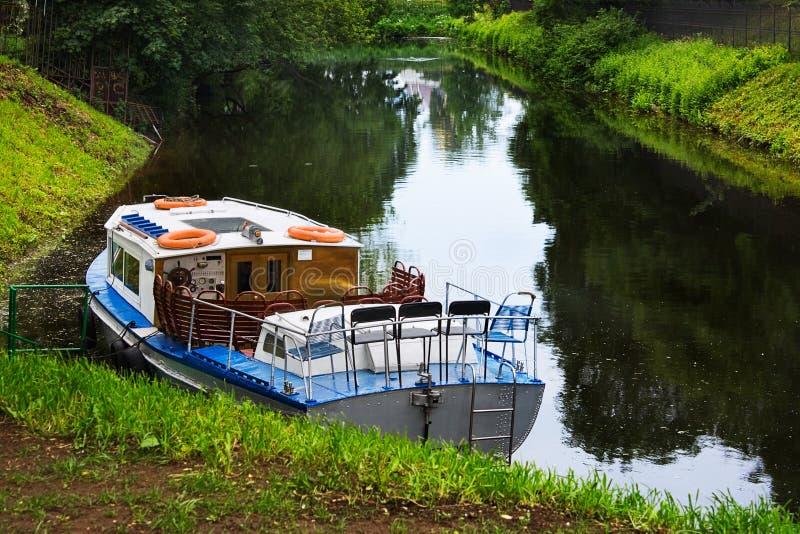 小船马达仍然浇灌 库存照片