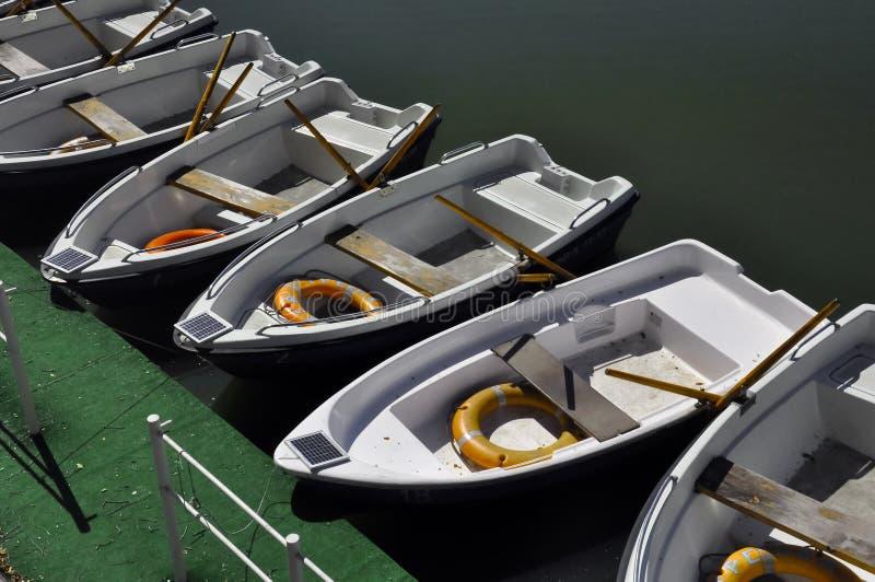 小船驻地在一个晴天 库存照片