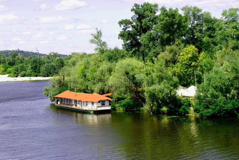 小船驻地,在河的停泊处 库存图片