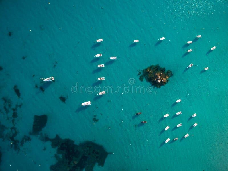小船鸟瞰图在一个精采小海湾的 库存图片