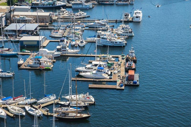 小船鸟瞰图在湖联合西雅图华盛顿停泊了 库存照片