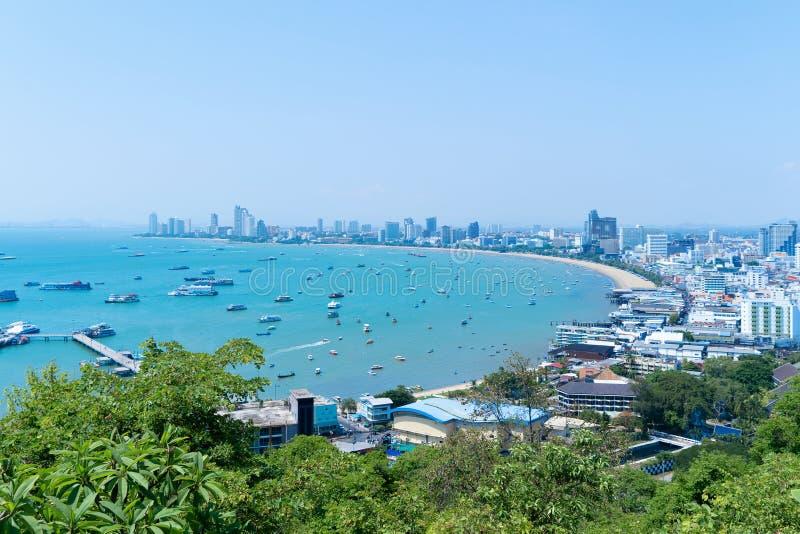 小船鸟瞰图在芭达亚海、海滩和都市城市有天空蔚蓝的旅行背景的 春武里市,泰国 库存图片