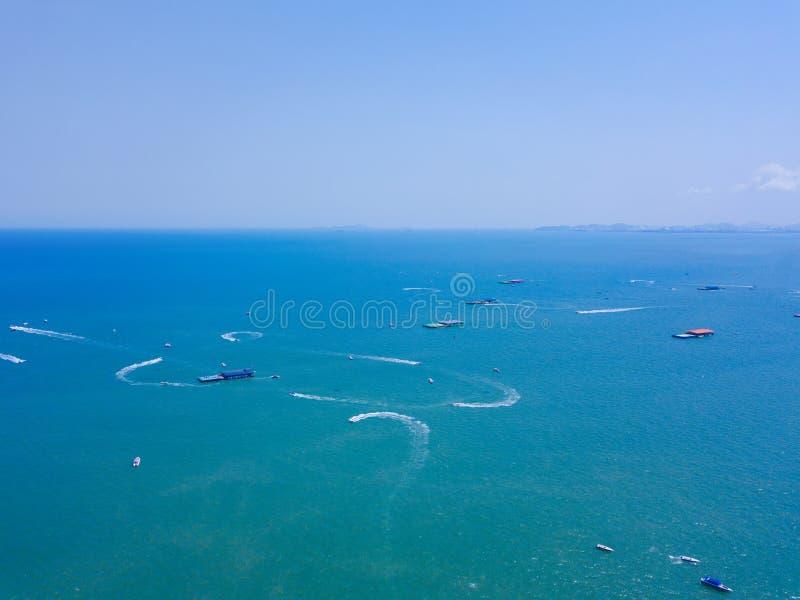 小船鸟瞰图在芭达亚海,与天空蔚蓝的海滩旅行背景的 春武里市,泰国 免版税库存图片