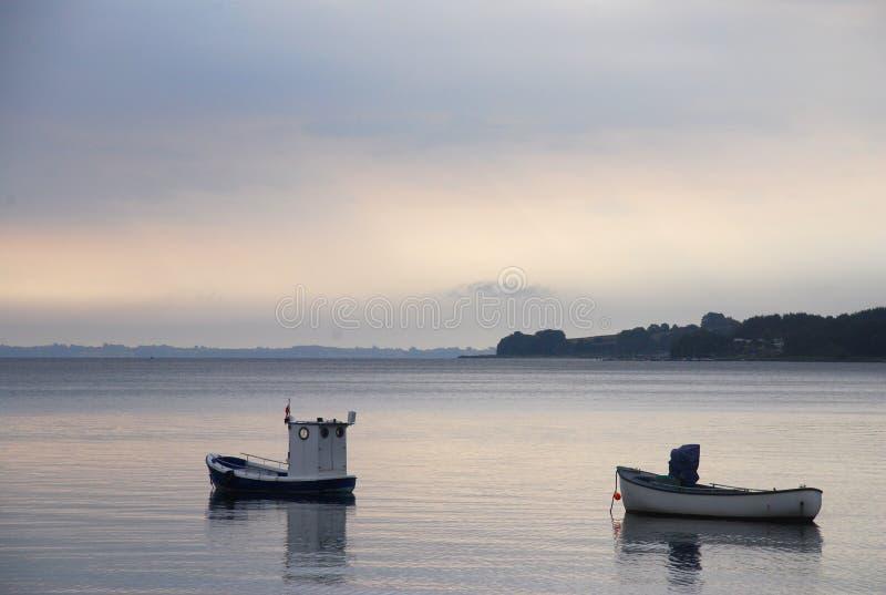 小船黎明捕鱼 库存图片