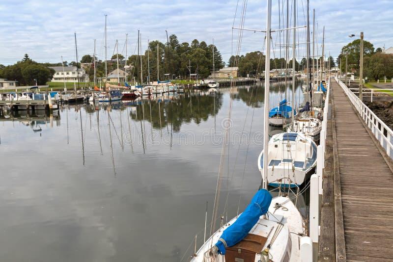 小船,停泊沿口岸神仙的莫因河的游艇在比克 免版税库存图片