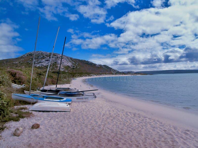 小船,沙子,海,天空,云彩,山,绿色,灌木 库存照片