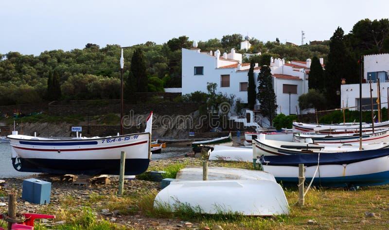 小船临近在家大理在Cadaques 库存照片