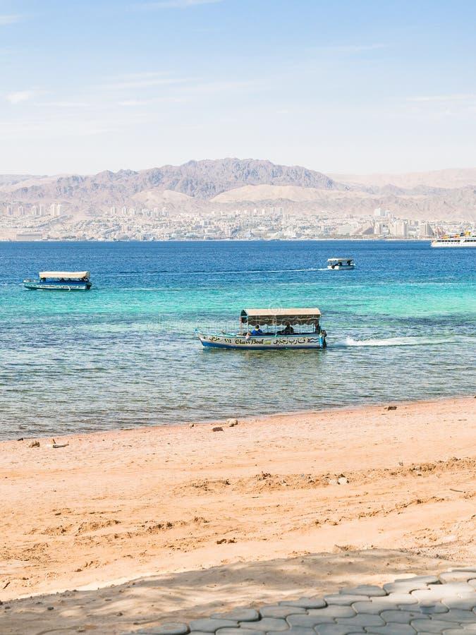 小船临近埃拉特市海滩亚喀巴和看法  库存图片