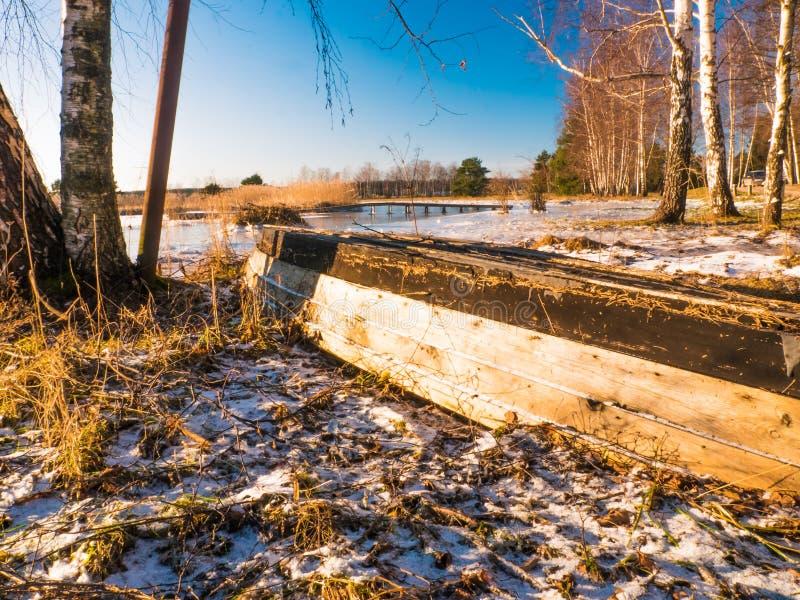 小船临近冻湖 33c 1月横向俄国温度ural冬天 图库摄影