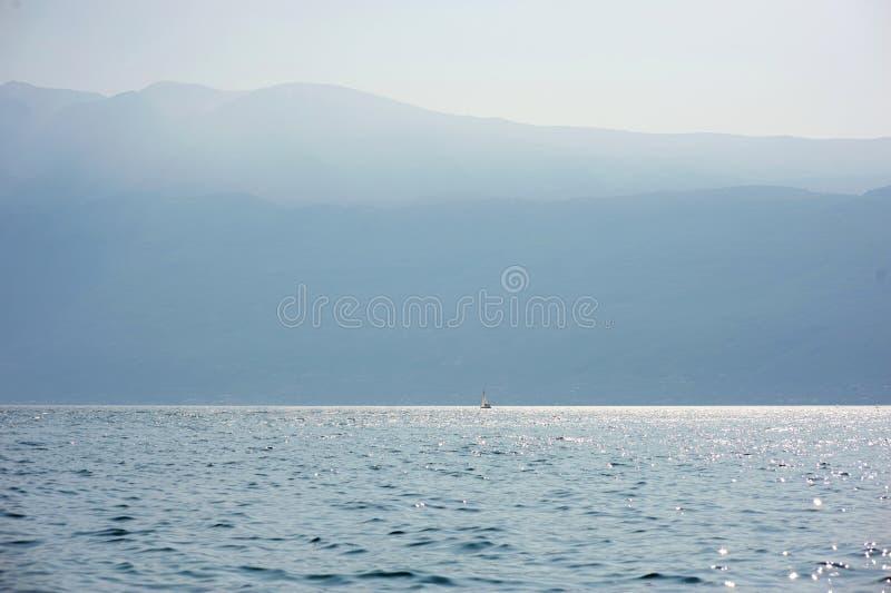 小船garda湖航行 免版税库存图片