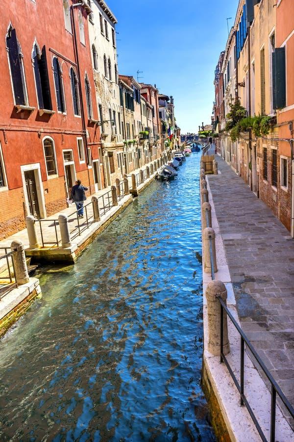 小船Touirists五颜六色的小旁边运河桥梁威尼斯意大利 库存照片