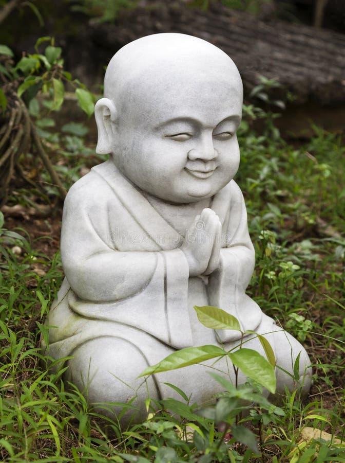 小菩萨雕象在庭院里 库存照片