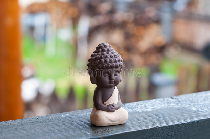 小菩萨-平安的头脑雕象  祈祷在迷离背景的神 思考概念 图库摄影