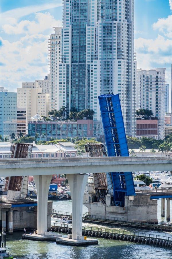 小蓝色吊桥在迈阿密 免版税库存照片