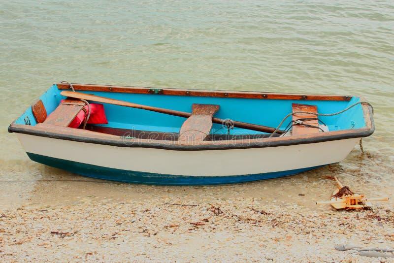 小蓝色和白色划艇 图库摄影