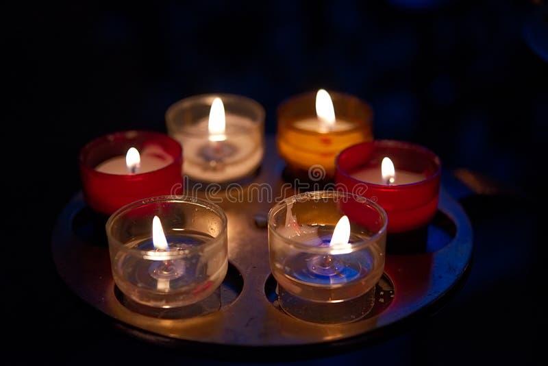 小蜡烛在支持的颜色在黄铜 免版税库存图片