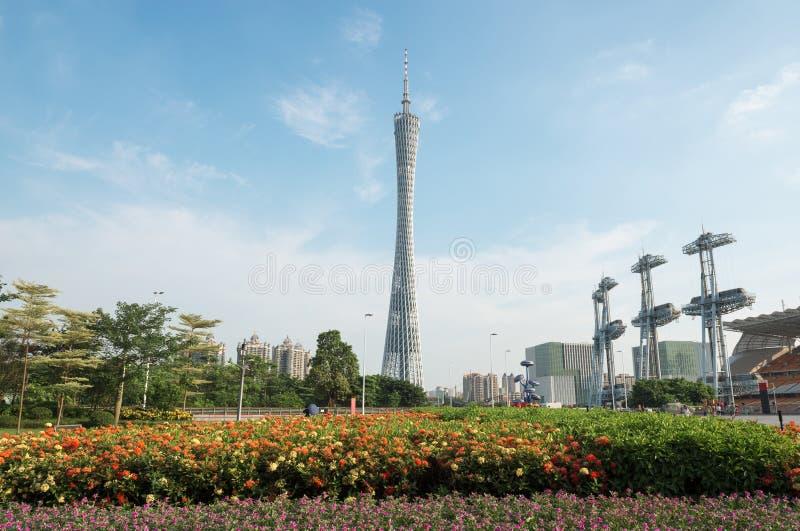 小行政区塔在蓝天下,广州电视和观光的塔、城市地标和手段在广州在广东,中国摆正 库存照片