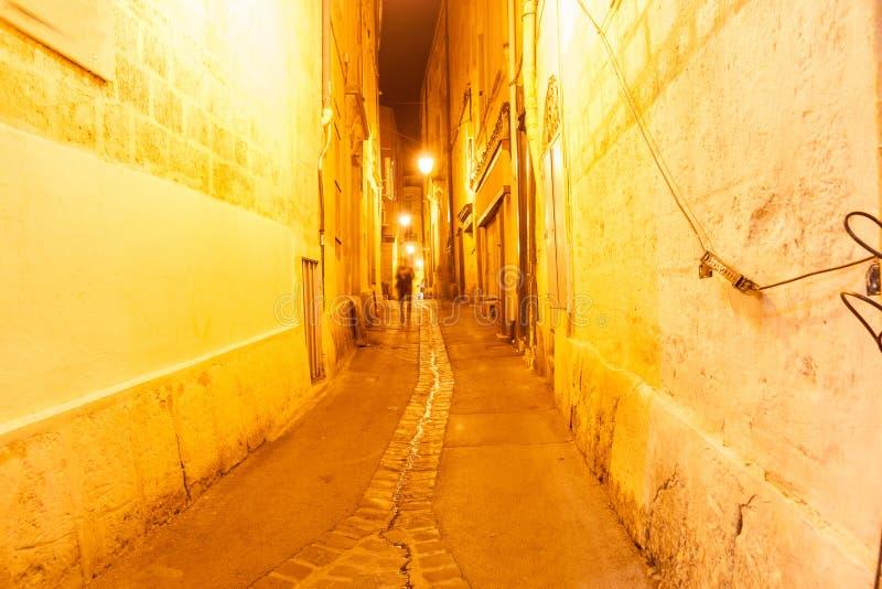小街和车道在夜蒙彼利埃都市的法国& archi里 免版税库存照片