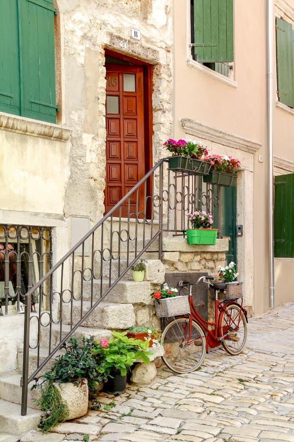 小街在罗维尼历史的老镇在克罗地亚 免版税库存照片