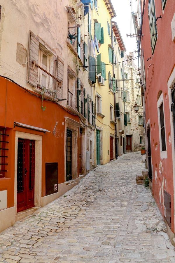 小街在罗维尼历史的老镇在克罗地亚 免版税图库摄影