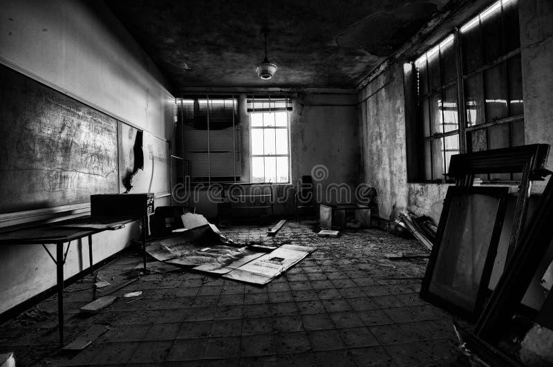 小被放弃的学校室wiith粉笔板 图库摄影
