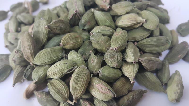 小豆蔻与种子,豆蔻果实香料的cardamomum果子 免版税库存图片