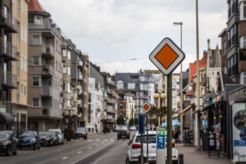 小路标主路,交通优先权,富兰德,比利时 免版税图库摄影